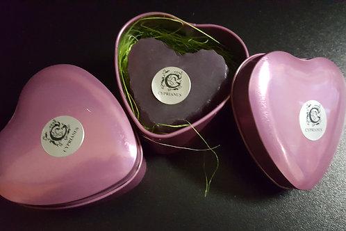 Plechová krabička v tvare srdca s levanduľovým mydlom