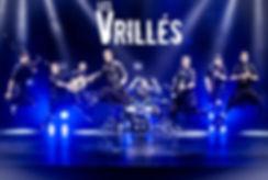 musiciens du groupe les Vrillés qui sautent sur scène, couleurs bleu, beaucoup d'énergie rock celtique