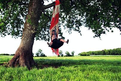 Papi Mac Vrillé suspendu à un arbre avec un parachute