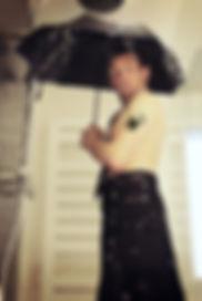Chiche Mac Vrillé sous sa douche avec un parapluie
