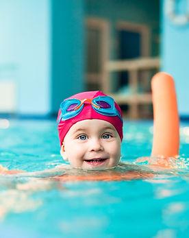 Kleinkind schwimmt