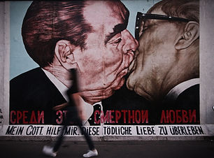 Dos hombres besándose graffiti