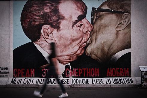 Zwei Männer, die Graffiti küssen