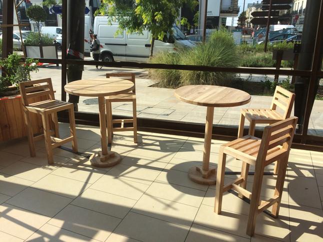 Des petites tables et chaises hautes pour la gare SNCF d'Agen
