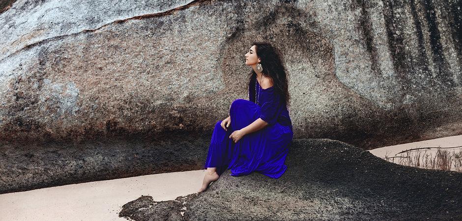 Femme assise sur pierre