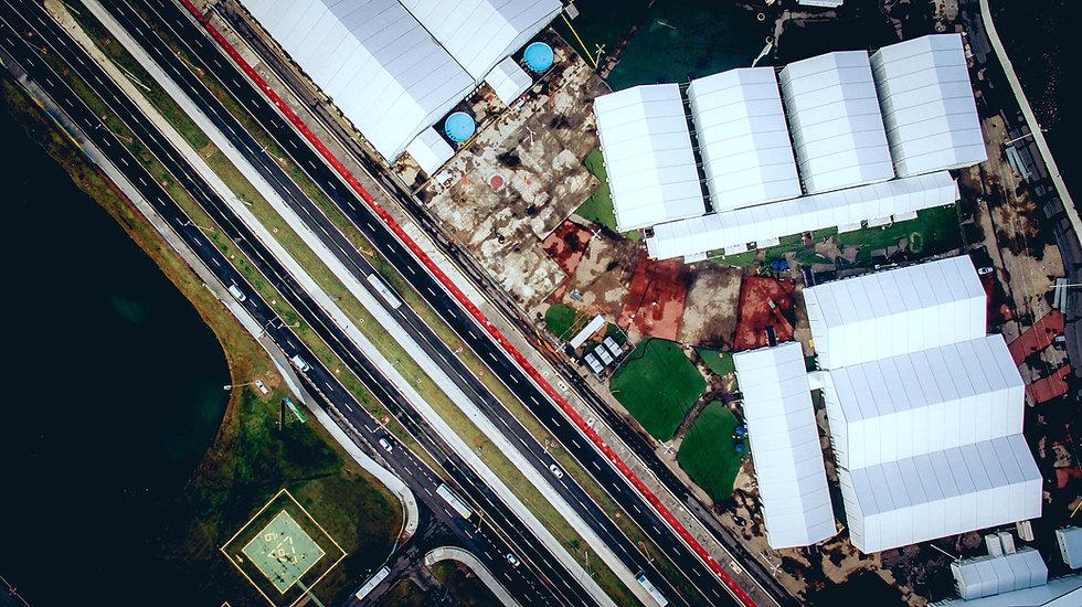 Luftbild einer Fabrik und Infrastruktur