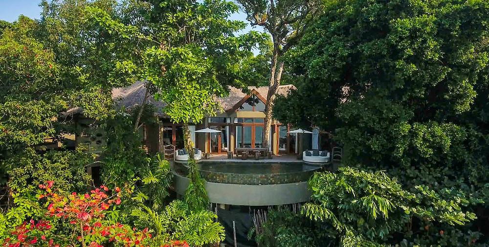 Nachází se zde 24 prostorných luxusních vil, z nichž každá má vlastní bazén a nádherný výhled na ostrov a oceán. Každá vila byla postavena z recyklovaného a recyklovaného dřeva a zdobena repuronovanými předměty a materiály v souladu s místní filozofií.