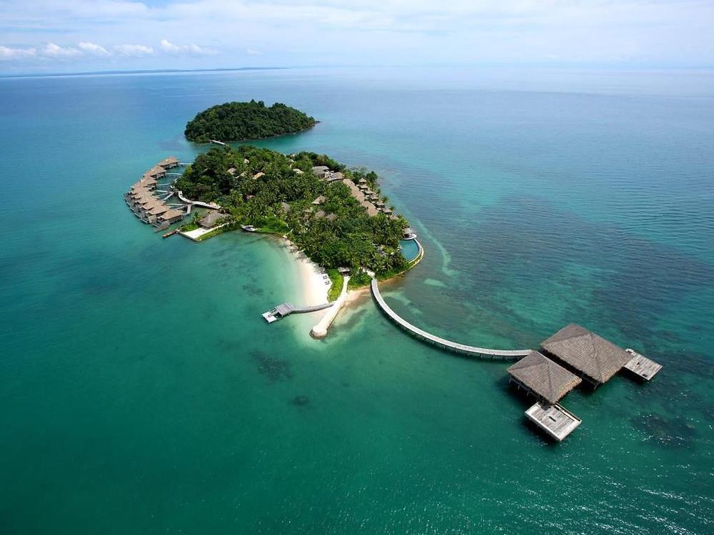 Sihanoukville v Kambodži může být tím top hitem na vašem seznamu míst, kam musíte jet. Leží na pobřeží Thajského zálivu a při vyslovení jeho názvu si člověk div nezlomí jazyk. Ze tří stran ho obklopují krásné pláže a soukromý ostrov Song Saa na ostrovech Koh Rong je eko-luxusním unikátem, který se rozprostírá u nedotčených ostrůvků.