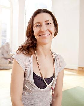 Mujer en estudio de yoga