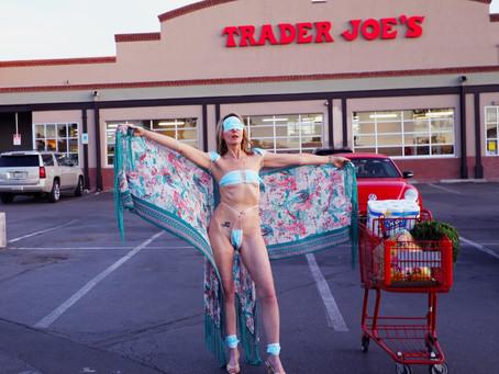 Калифорнийская артистка вышла на улицу в купальнике из защитных масок