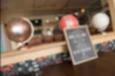 La Coloc', c'est un bar comme à la maison, qui vous propose des tartines chaudes ou froides, un brunch le dimanche et des boissons, sur le port du Château à Brest.