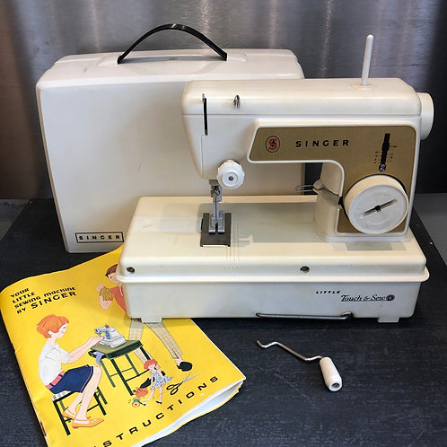 VINTAGE 1960s CREAM/GOLD  SINGER BATTERY OPERATED MINIATURE SEWING MACHINE .