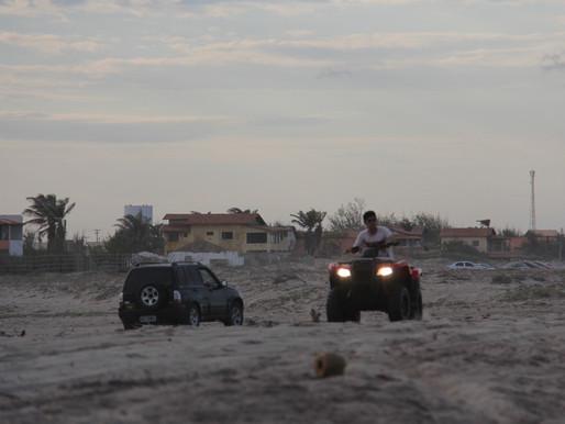 Veículo só na pista, na praia natureza e banhistas