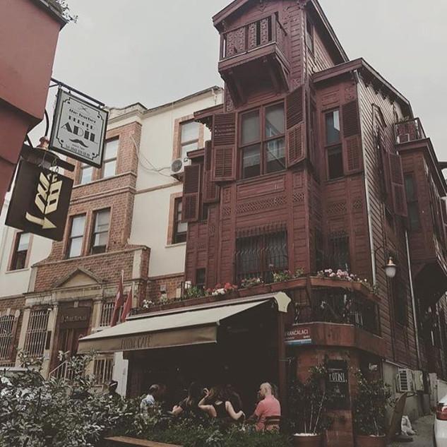 Repost from _iremsahinseles _ Olaylar Francalacı Sokak'ta gelişiyordu.jpg