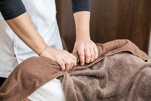 高齢者や体の不自由な方々へ医療保険を適用した訪問マッサージを行っています。脳梗塞、脳出血の後遺症によるしびれや麻痺、歩行障害、パーキンソン病、筋麻痺、筋肉萎縮、関節拘縮、寝たきり、リウマチ、むちうち、腰痛、関節痛など慢性的な痛みや苦痛を和らげ症状の緩和改善を目指します。尼崎市の訪問マッサージなら安心信頼のエミフルにお任せください。emifulu.com