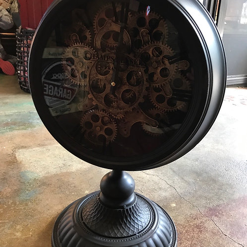 Moving gear mantle clock