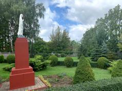 Figura Niepokalanej przed Domem Pielgrzyma