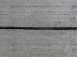 Vytvořte na zdi montážní štěrbinu podle stavebního výkresu.