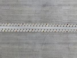 Namontujte hliníkový profil do otvoru a upevněte ho šrouby nebo hřebíky.