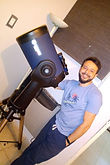 juan con telescopio.jpeg