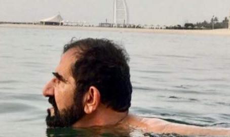 محمد بن راشد آل مكتوم يسبح بين الناس على شاطئ شعبي