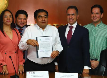 Miguel Barbosa Huerta recibe constancia del INE que lo declara Gobernador Electo de Puebla