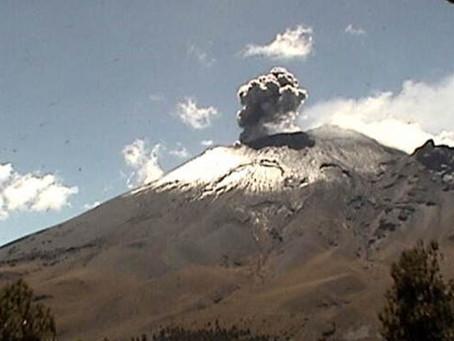 Popocatépetl emite fumarola de más de un kilómetro de alto esta tarde de sabado