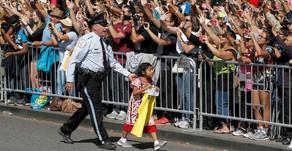 Niña inmigrante mexicana burla seguridad para acercarse al Papa Francisco #Video
