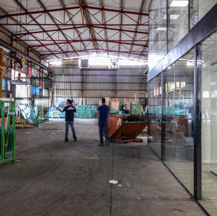 מפעל לעיבוד זכוכית