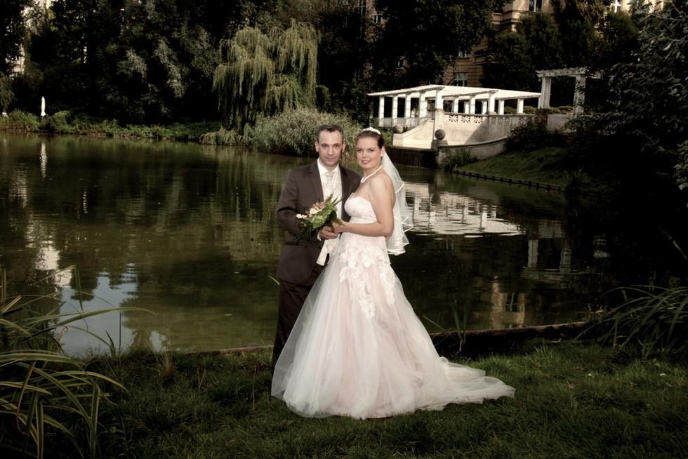 Das Foto von diesem Hochzeitspaar entstand am am Lietzensee in Berlin-Charlottenburg.