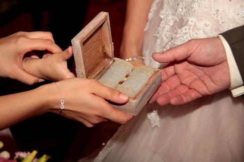 Detailaufnahmen vom Ringtausch machen die Hochzeit unvergesslich.