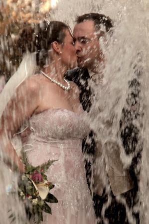 Das Foto vom Hochzeitspaar entstand an einem Springbrunnen in Berlin-Charlottenburg.