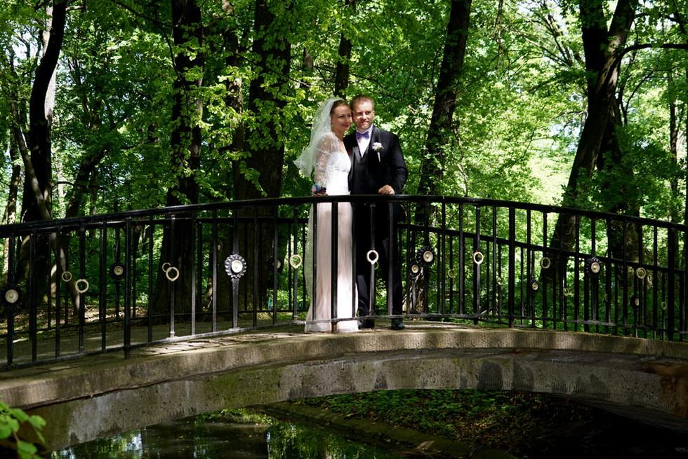 Über sieben Brücken musst du geh'n? Dieses Hochzeitspaar denkt sich: Für den Anfang tut's auch eine.