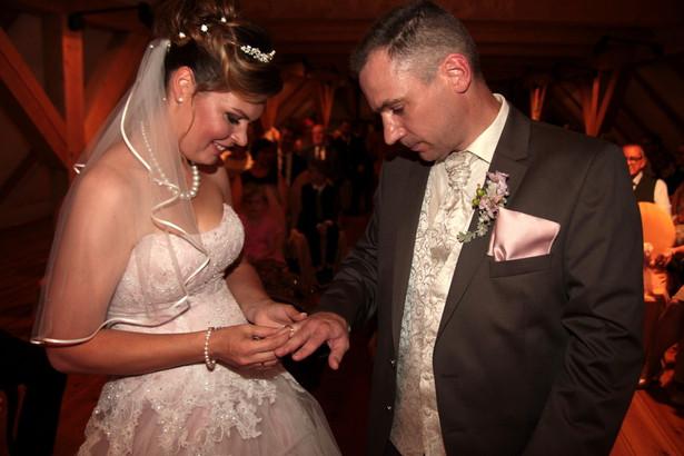 Dieses Foto vom Ringtausch des Brautpaars entstand live auf der Hochzeit.