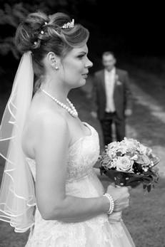 Ganz in schwarz-weiß, mit einem Blumenstrauß: Für dieses paar ist der schönste Traum wahr geworden.