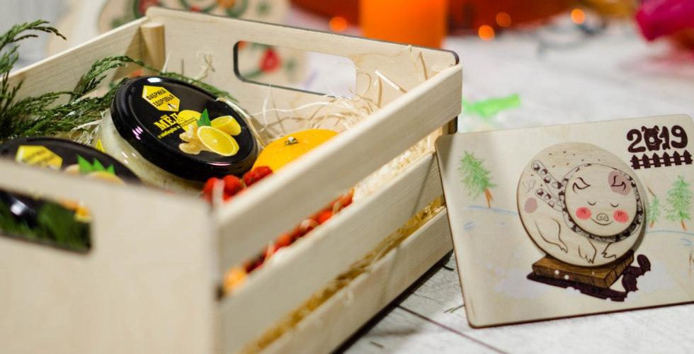 Новогодний подарочный набор с медом и деревянным календарем с гравировкой