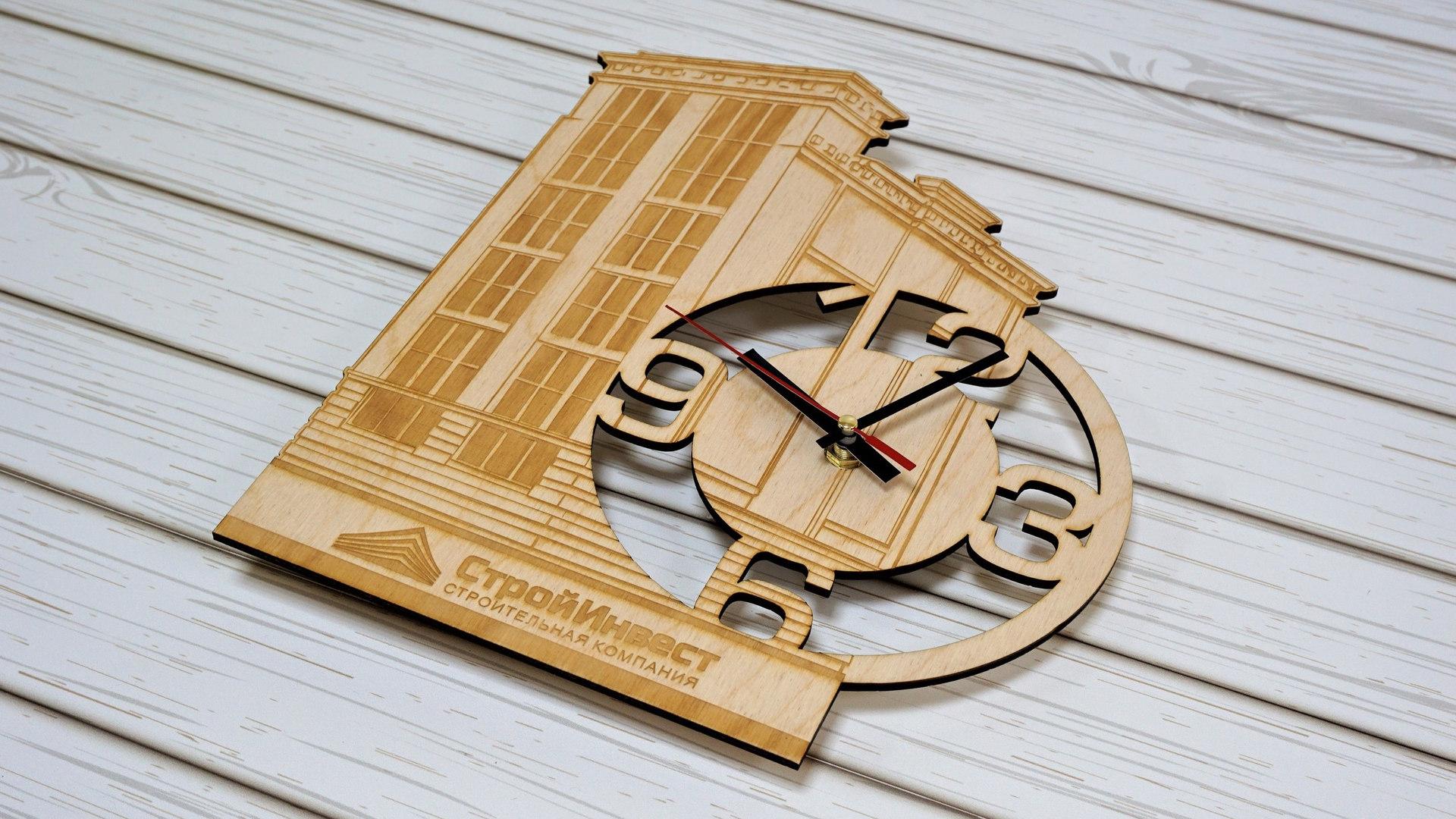 Деревянные часы в форме дома с логотипом строительной компании