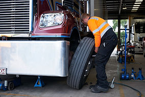 Semi-trailer truck tyre replacement