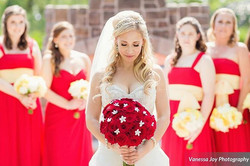 I love the contrast of the red roses against the Bride's White gown. 📷 _vanessajoy