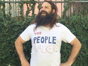 """""""Выгуливатель"""" людей в самодельной футболке – Чак МакКарти (The People Walker)"""