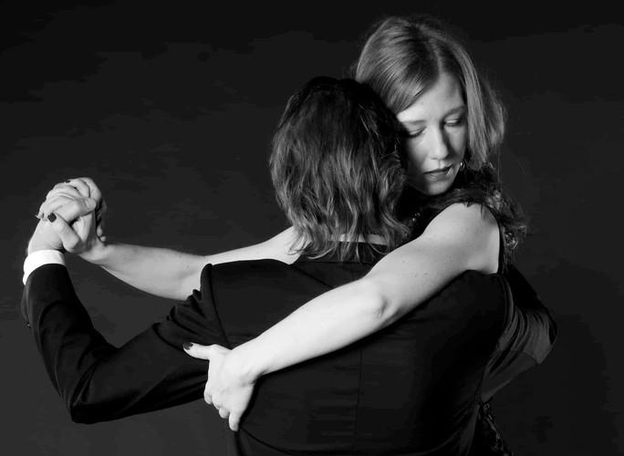 Rotraut Rumbaum Mindful Motion - Tango und Entwicklungstrauma - Umarmung_edited.jpg