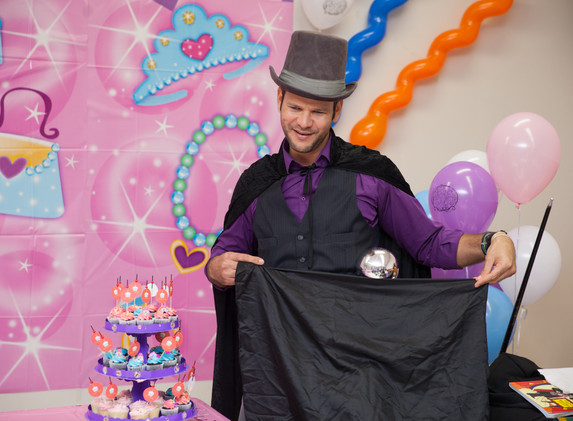 Alan Q Kids magician 2.jpg