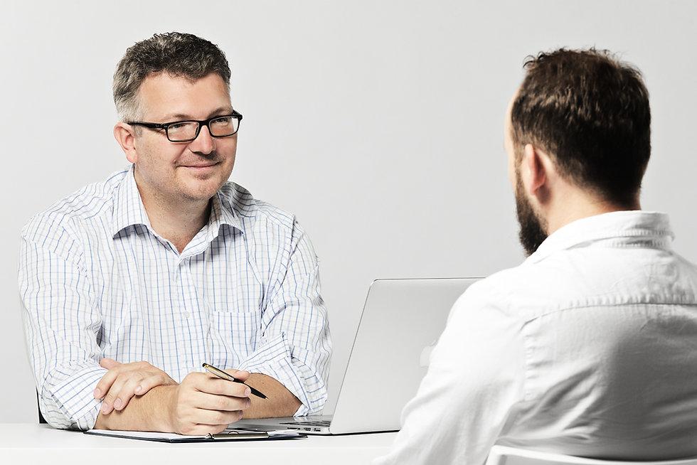 Realitní makléř prodává dům klientovi
