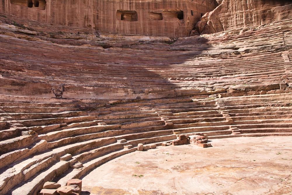 Římský amfiteátr ve skalním městě Petra v Jordánsku.