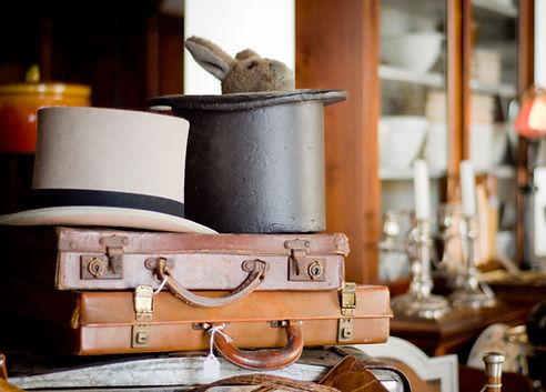 maletines antiguos y sombreros