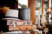 Antieke aktetassen en hoeden