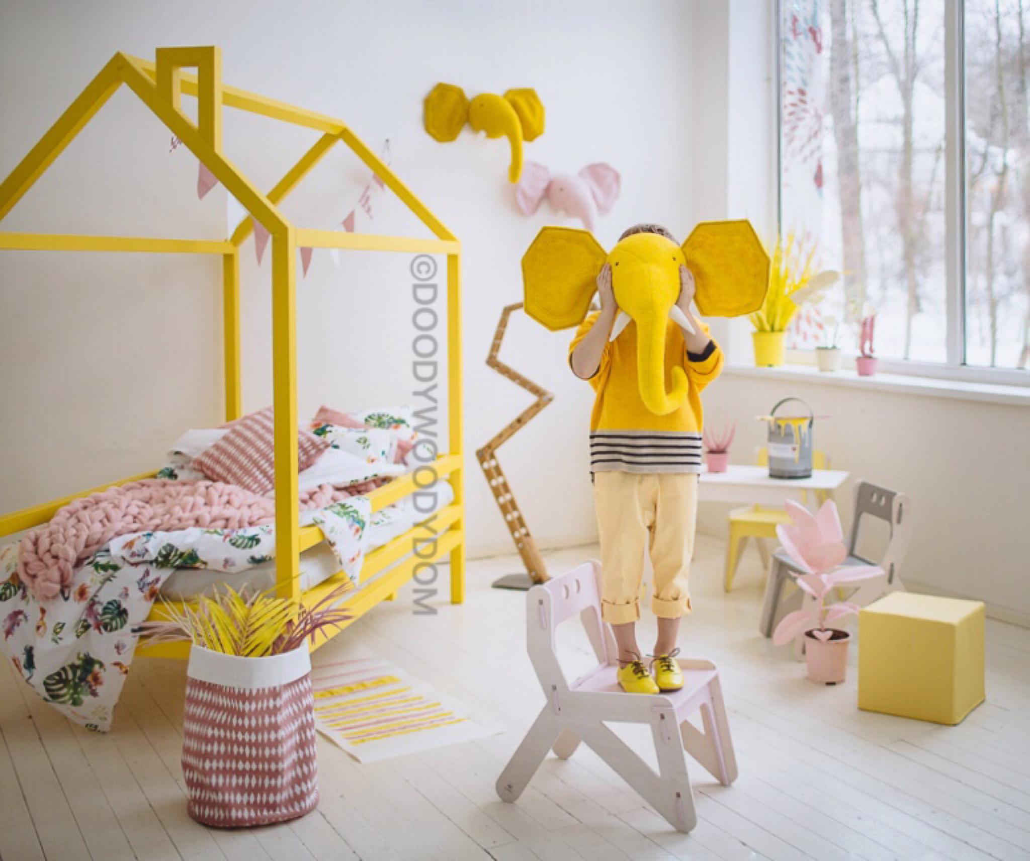 Желтая кровать домик