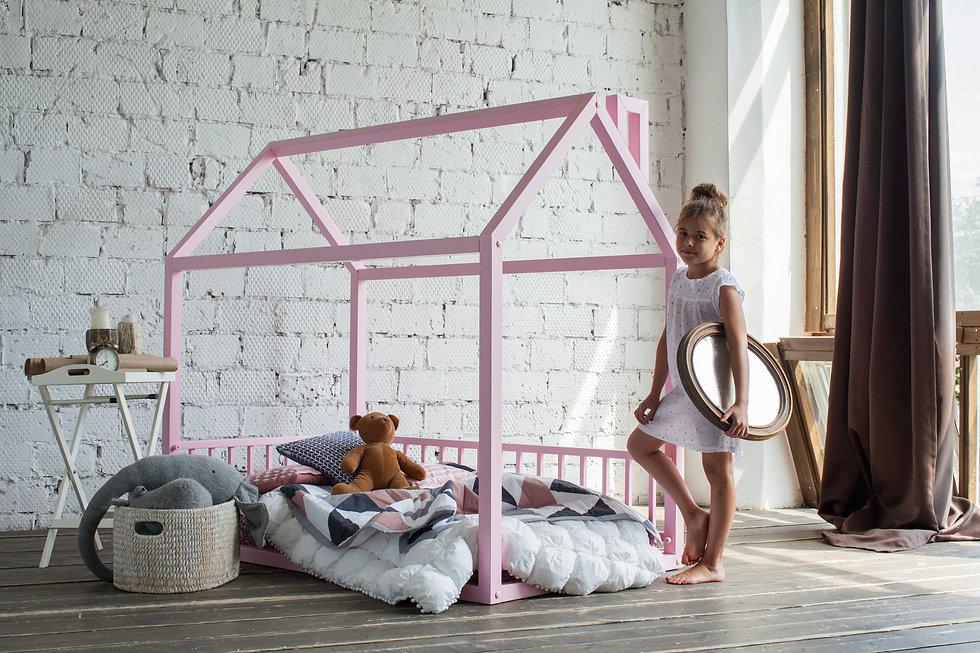 Кровать домик с манежными стенками doodywoodydom