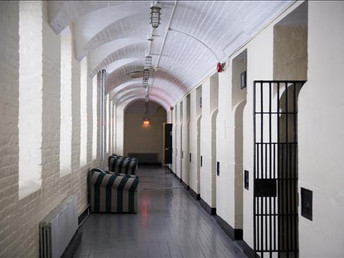 Prisão, avião, casa na árvore... veja 5 hostels inusitados
