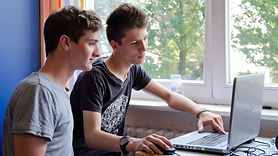 Studenten vor dem Computer.jpg